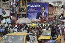 Un panneau de campagne du président sortant du Cameroun, Paul Biya, au marché Mokolo de Yaoundé, au Cameroun, le 11 octobre 2018. (photo d'illustration)