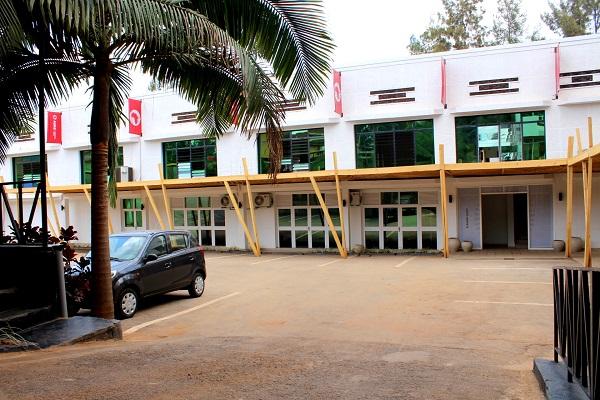 À l'arrière du bâtiment principal, l'annexe héberge des salles de classes, une bibliothèque et une salle des professeurs