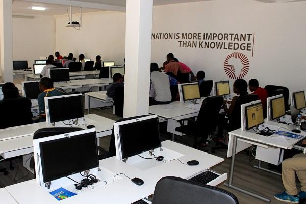 """Située au rez-de-chaussée, cette salle baptisée """"computer lab"""" est ouverte toute la semaine, jour et nuit."""