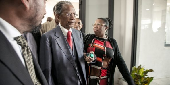 Former president Didier Ratsiraka (C) arrives as the CFM (Malagasy Fampihavanana Council / National Reconciliation Council) opened its session on May 31 in Antananarivo to try to find a political solution to the current crisis in the country. (Photo by RIJASOLO / AFP)