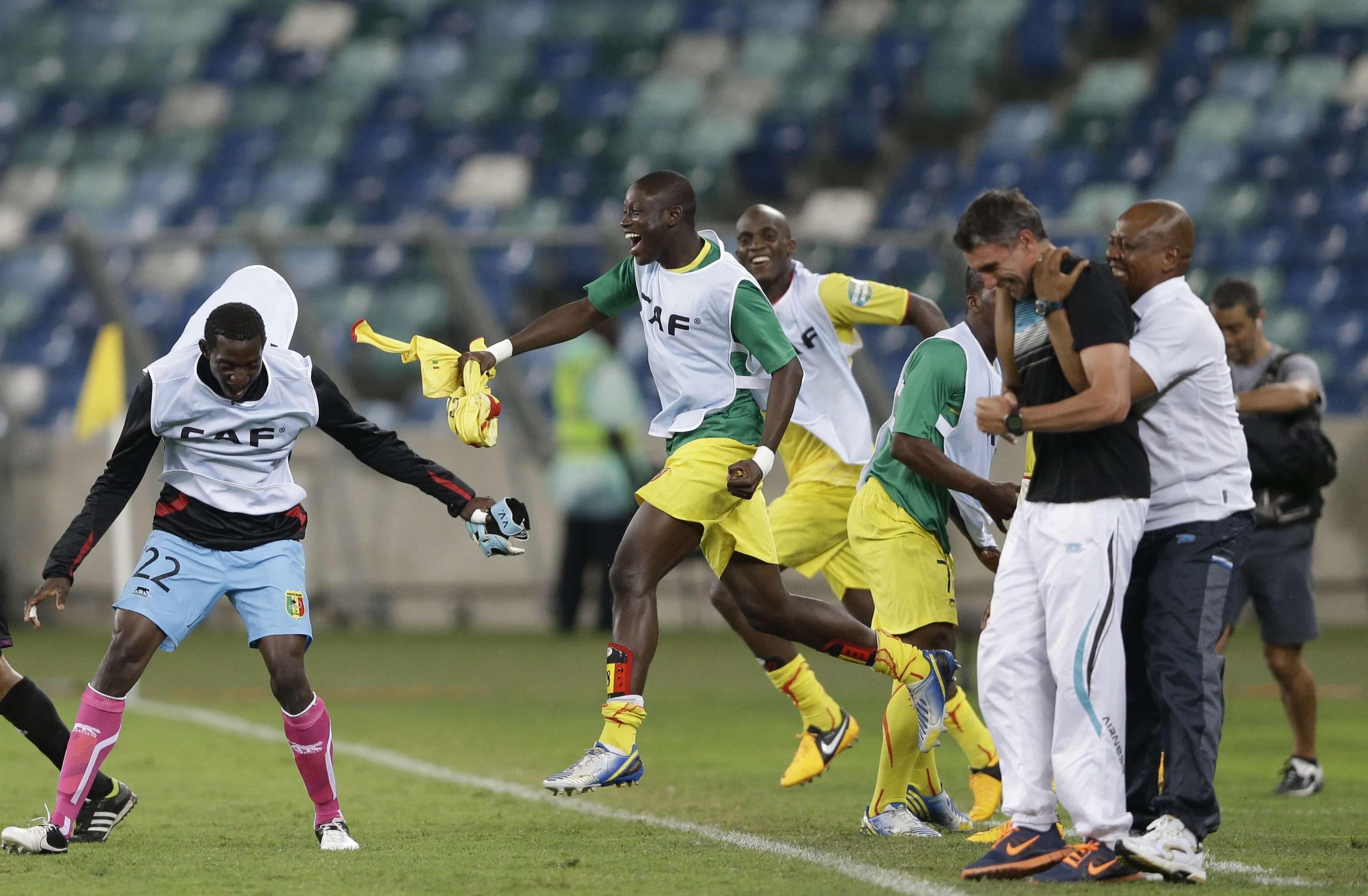 Patrice Carteron, à droite, avec les joueurs maliens pendant un match contre le Congo le 28 janvier 2013.