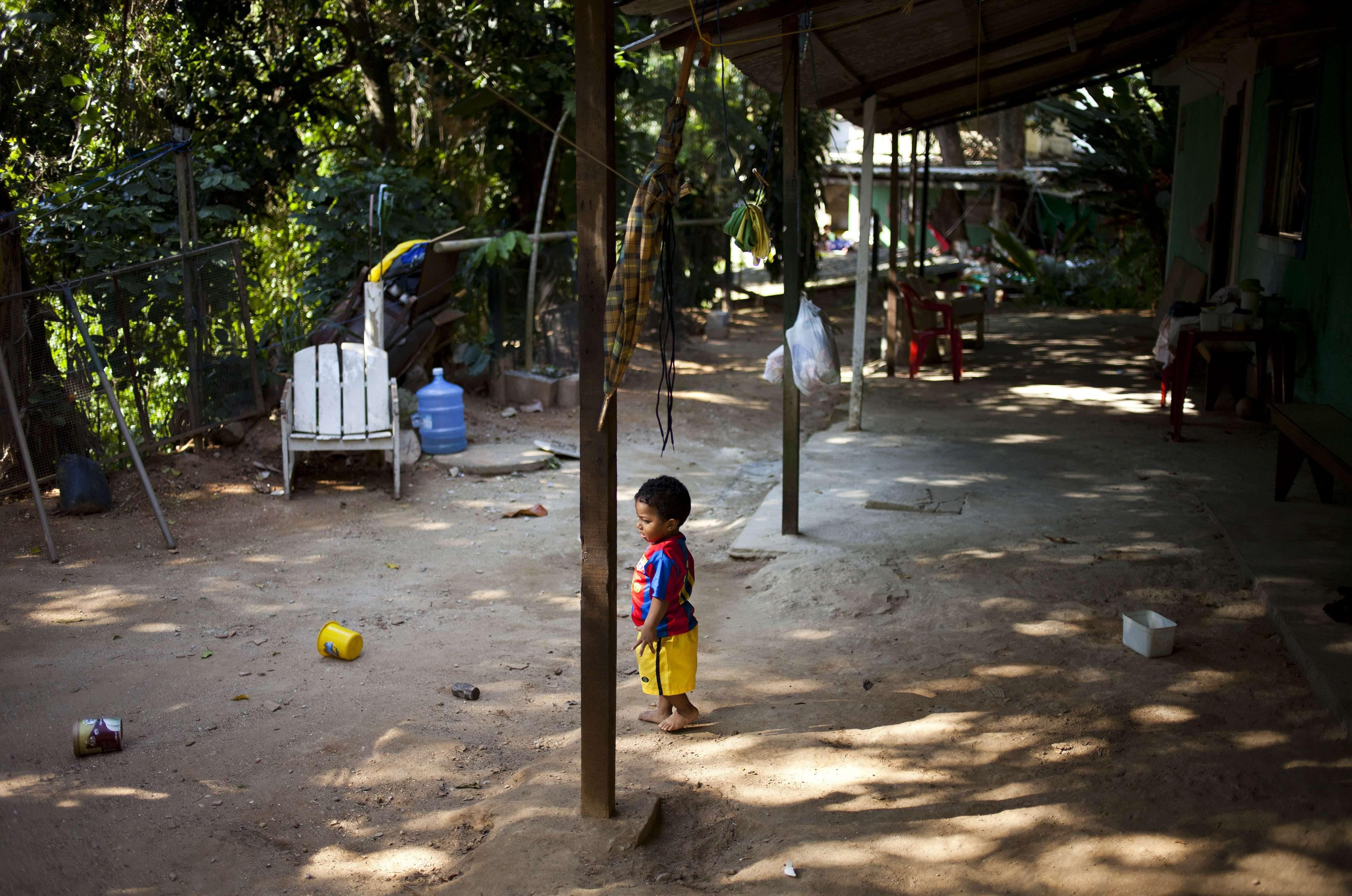 Un enfant d'un an devant son domicile à Quilombo Sacopa, à Rio de Janeiro, au Brésil.