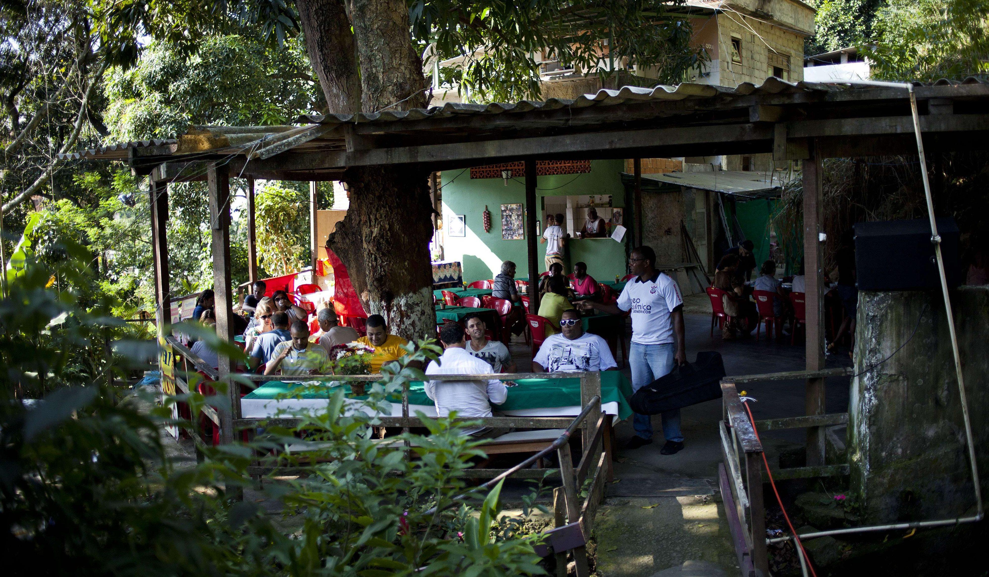 Des habitants du Quilombo Sacopa à Rio de Janeiro, au Brésil., se rassemblent pour manger.
