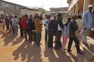 File d'attente au bureau de vote, lors de la présidentielle malgache de 2013 (Antananarivo).