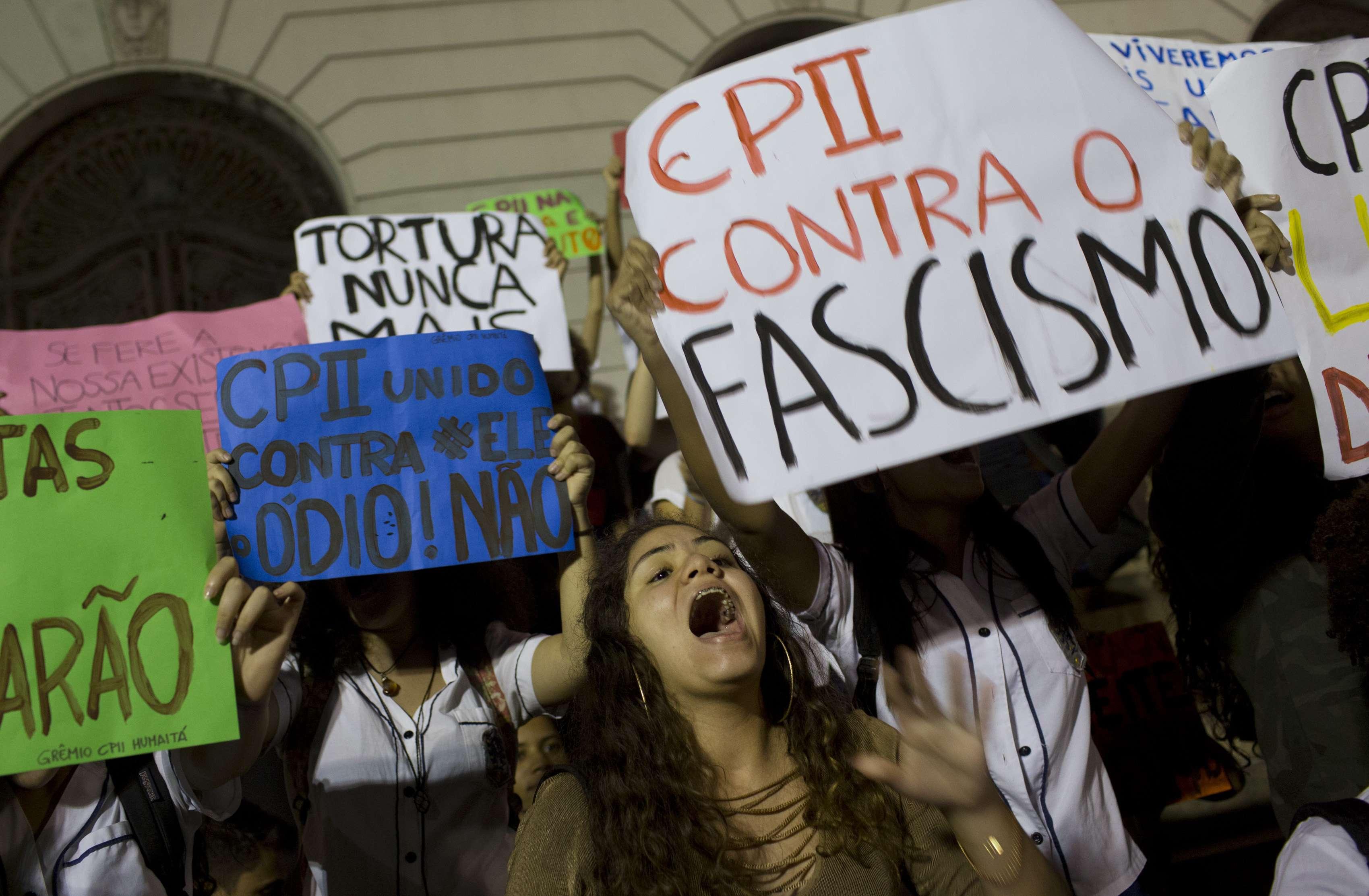 Des étudiants manifestent contre le président élu Jair Bolsonaro sur la place Cinelandia à Rio de Janeiro, au Brésil, le mardi 30 octobre 2018.