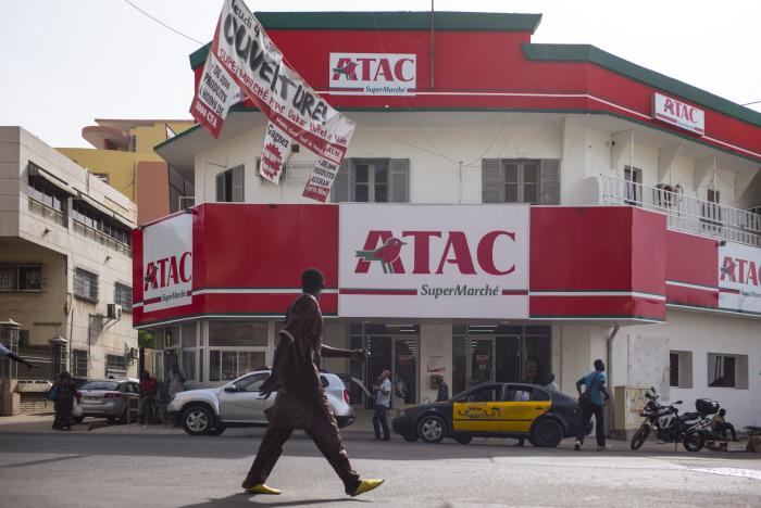 Façade du nouveau supermarché ATAC, du groupe Auchan, inauguré le 4 juin 2015 dans le centre-ville de Dakar.