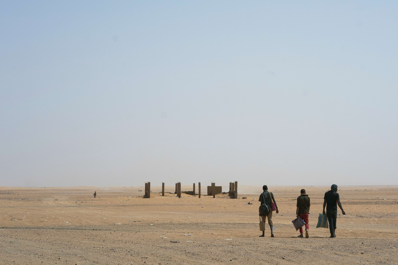Des migrants pénètrent dans le Sahara algérien via le poste frontière nigérien d'Assamaka, en juin 2018.