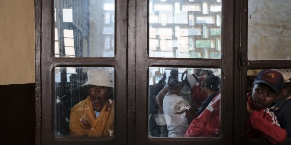 Des électeurs malgaches dans un bureau de vote à Antananarivo, à Madagascar, mercredi 7 novembre 2018.