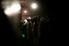 Des hommes libyens de la tribu Tawarga priant dans une mosquée située dans un camp de réfugiés à la périphérie de Benghazi, en Libye, en 2012. De nombreux membres sont victimes de viols.