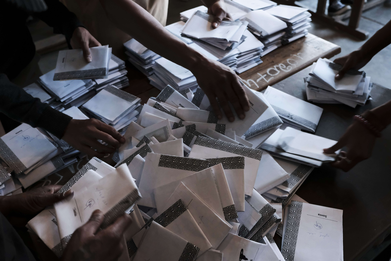 Les bulletins de vote sont comptés à la fin d'une journée de vote à Antananarivo, Madagascar, mercredi 7 novembre 2018.