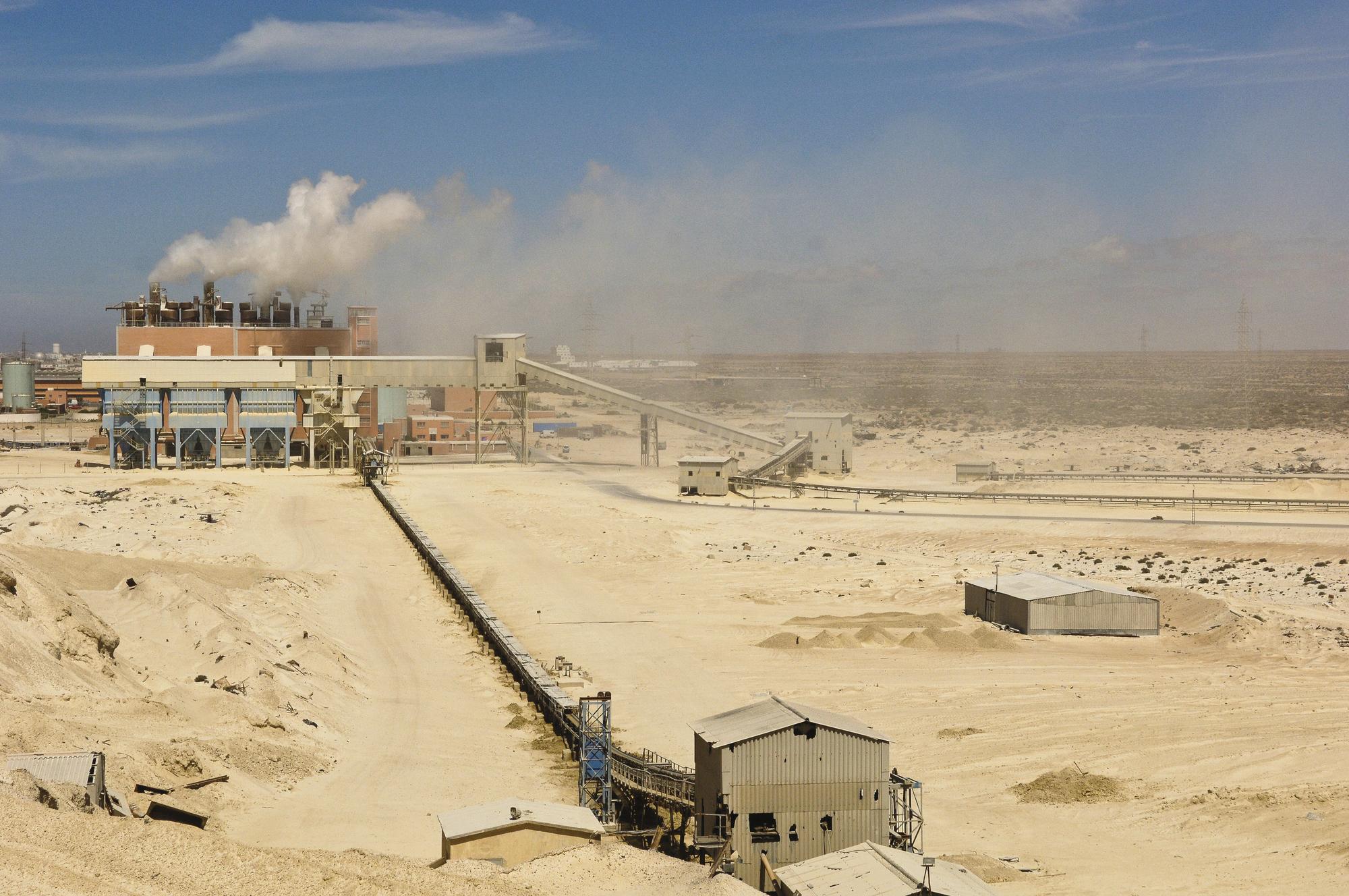 Usine de transformation du phosphate, près de Laayoune, Sahara Occidental (Maroc).