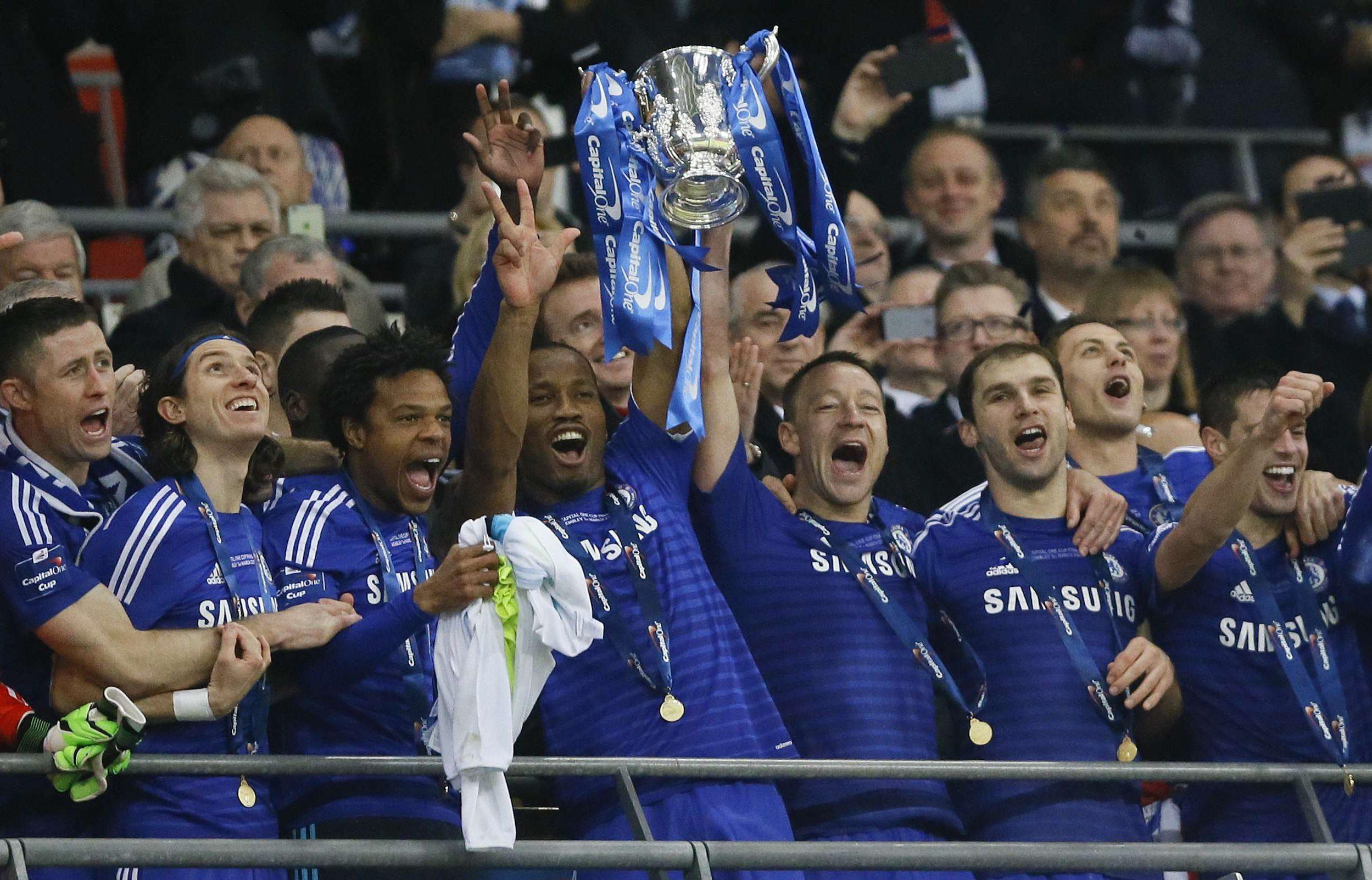 John Terry, de Chelsea, et Didier Drogba tiennent la Coupe de la Ligue anglaise contre le Tottenham.