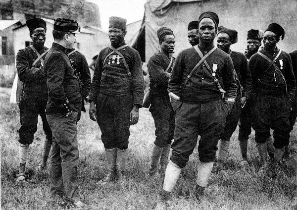 Carte postale 1914 (guerre 1914-1918) : groupe glorieux de tirailleurs senegalais. Sous cette applellation generique, etaient designes la plupart les soldats venus des colonies d'Afrique en particulier marocain, soudanais et, bien sur, senegalais. Solidement encadrees par des officiers de la France metropole, ces troupes d'une fidelite a toute epreuve furent notamment utilisees en 1917 pour reprimer les mutineries de combattants francais. ©Gusman/Leemage