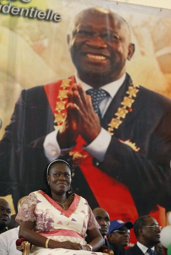 Simone Gbagbo souriante devant une affiche de son mari Laurent Gbagbo, lors d'une campagne de soutien, le 28 mars 018, à Abidjan.