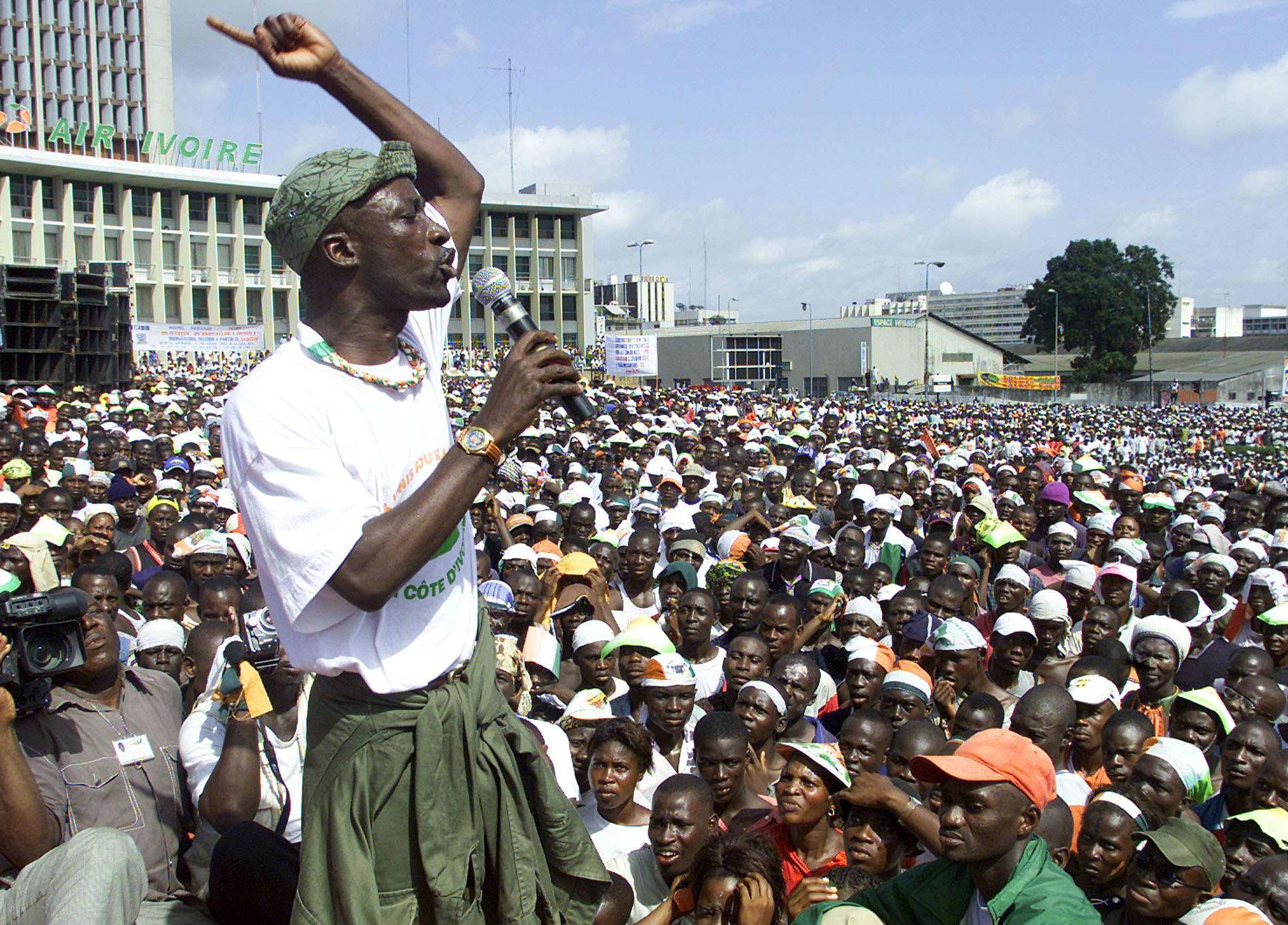 Charles Blé Goudé, le 2 novembre 2002 lors d'une marche des pro-Gbagbo à Abidjan (archives).
