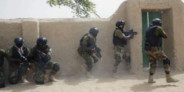 Des soldats nigériens lors d'un exercice de libération d'otages, en mars 2015.