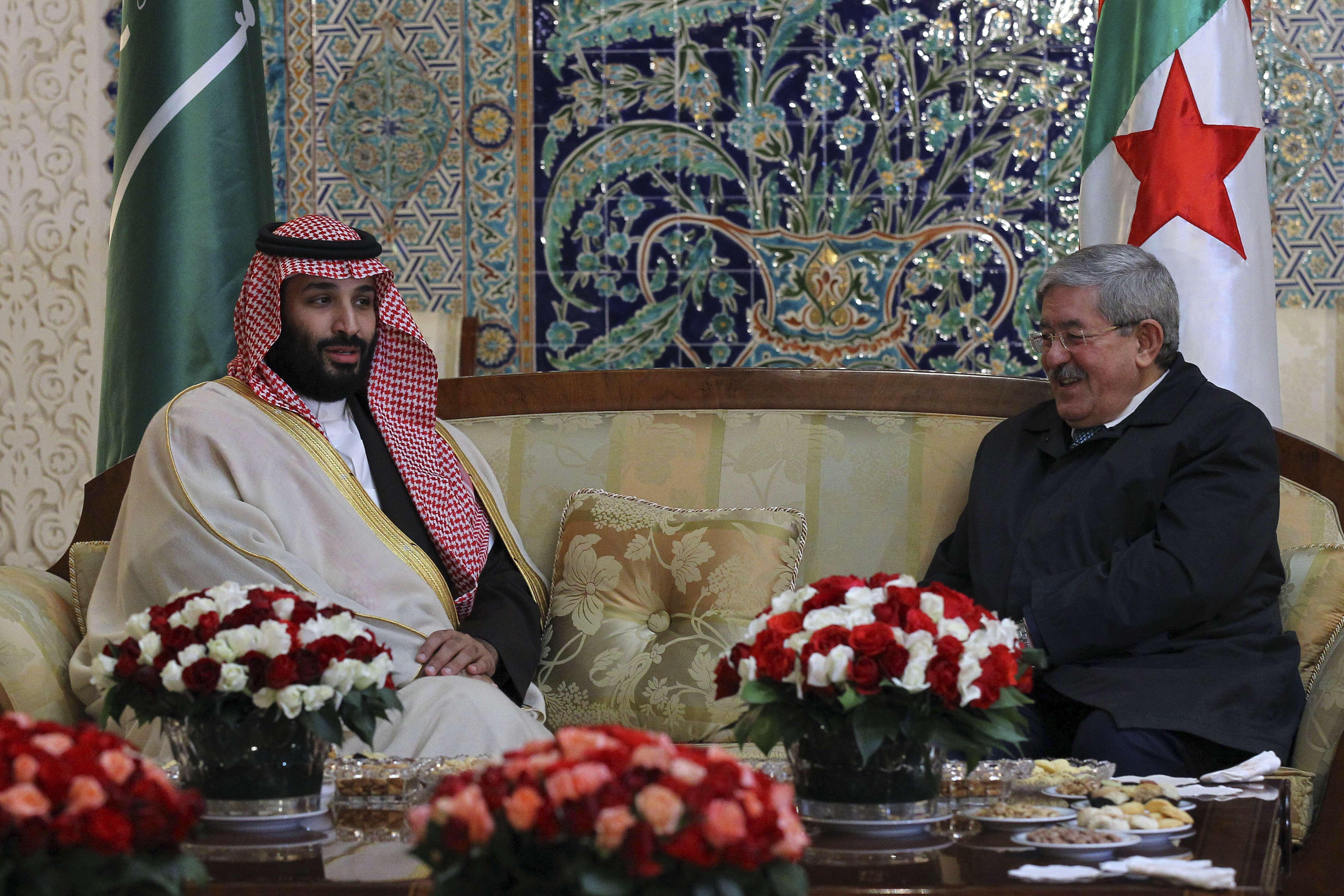 Le prince héritier saoudien Mohamed Ben Salman, accueilli par le Premier ministre algérien Ahmed Ouyahia, le dimanche 2 décembre 2018.