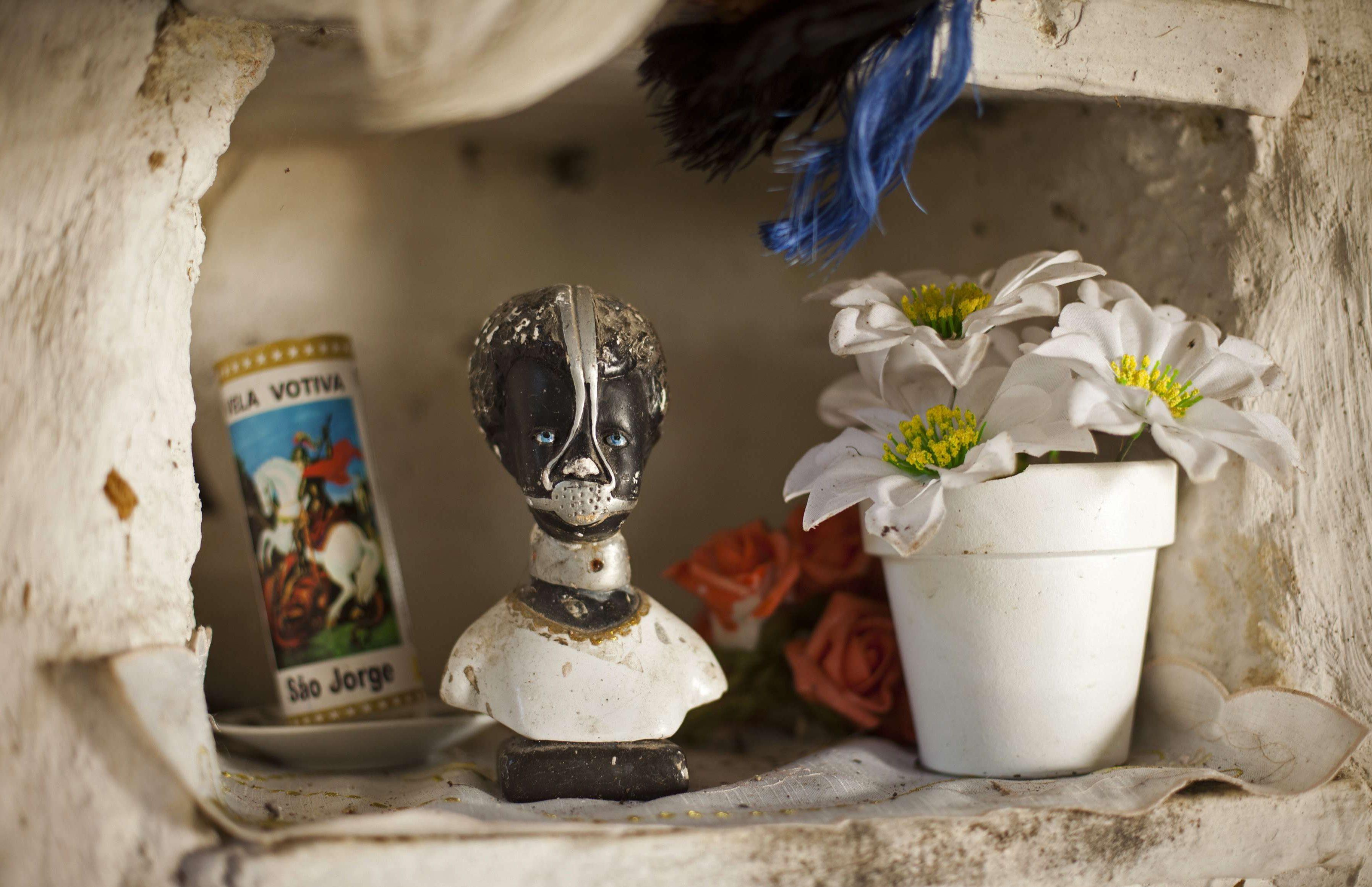 Une statue de l'esclave Anastacia, une figure vénérée comme un saint au Brésil, décore un espace public du Quilombo Sacopa à Rio de Janeiro, au Brésil.