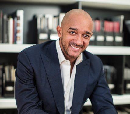 Didier Claes, propriétaire d'une galerie d'art africain à Bruxelles, en Belgique.