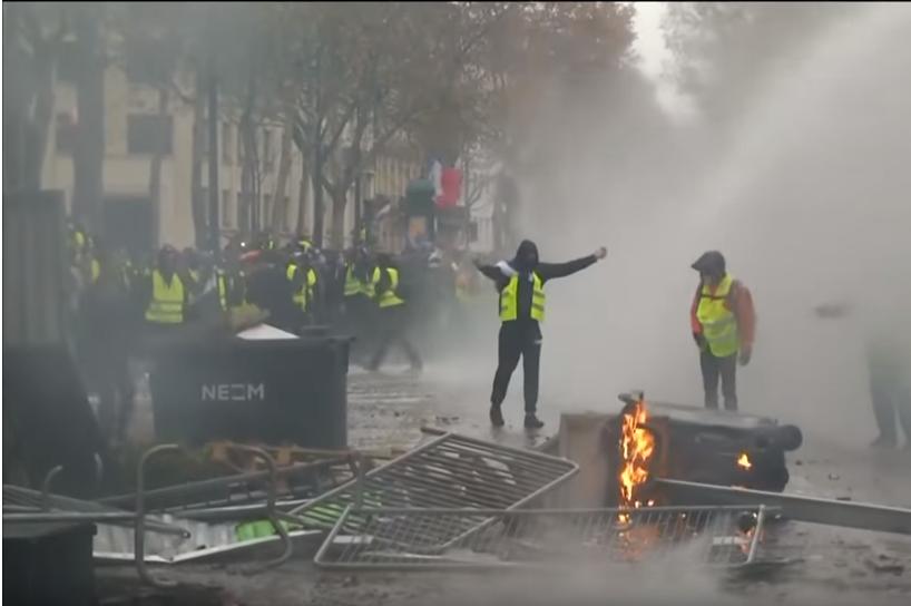 """Débordements en marge d'un rassemblement des """"gilets jaunes"""", samedi 1er décembre à Paris."""