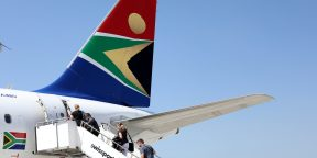 Des passagers montent dans un avion de la compagnie South African Airways