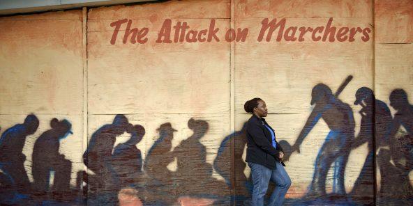 Letasha Irby, ouvrière américaine, posant devant une fresque à Selma, dans l'Alabama.