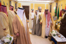 Le roi Salman d'Arabie saoudite (2e d.), tenant la main de l'émir du Koweït, en marge du sommet du Conseil de coopération du Golfe, dimanche 9 décembre 2018 à Riyad (image d'illustration).
