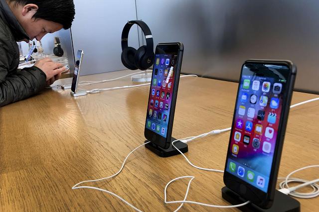 Des iPhone dans un Apple Store à Beijing en Chine, le mardi 11 décembre 2018.