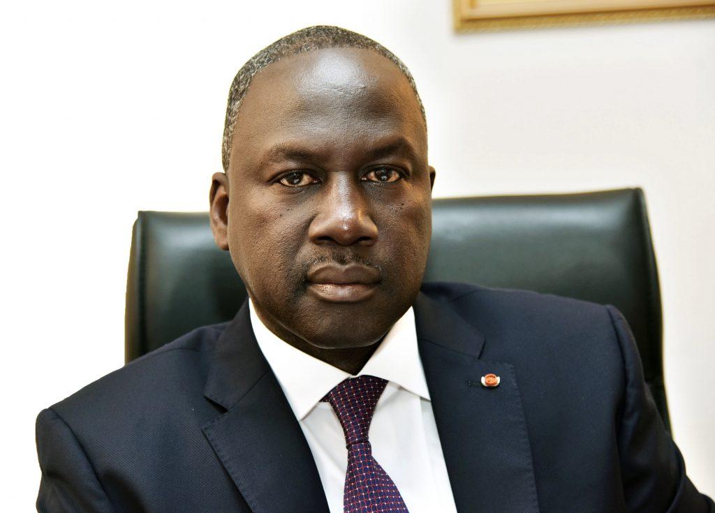 Adama Bictogo pose pour une photo dans son bureau le 19 août 2015 à Abidjan.