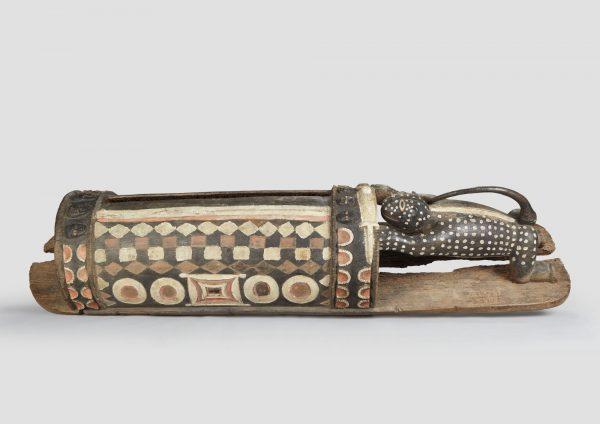 Tambour «ayokwe», utilisé pendant la période de «recrutement» pour la construction du chemin de fer, afind'annoncer l'arrivée des colons dans les villages et permettre aux hommes de fuir le village ; il fut confisqué par l'administration française. Provenance : région des Lagunes,