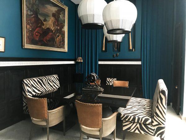 Un petit salon privé à la décoration métissée.