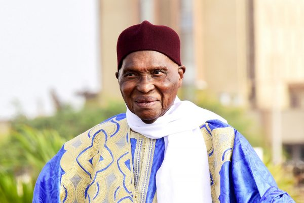 Former Senegalese president Abdoulaye Wade leaves Dakar airport in an open top car on July 10, 2017, as he arrives from living abroad to lead the campaign for his Senegalese Democratic Party (PDS).Senegal kicked off campaigning on July 9 for parliamentary elections later this month, with a record number of candidates vying to weaken President Macky Sall -- including 91-year-old ex-leader Abdoulaye Wade. / AFP PHOTO / SEYLLOU