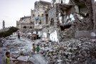 À Sanaa, au Yémen, des enfants jouant près des ruines d'une maison détruite par une frappe aérienne saoudienne, en mai2018.