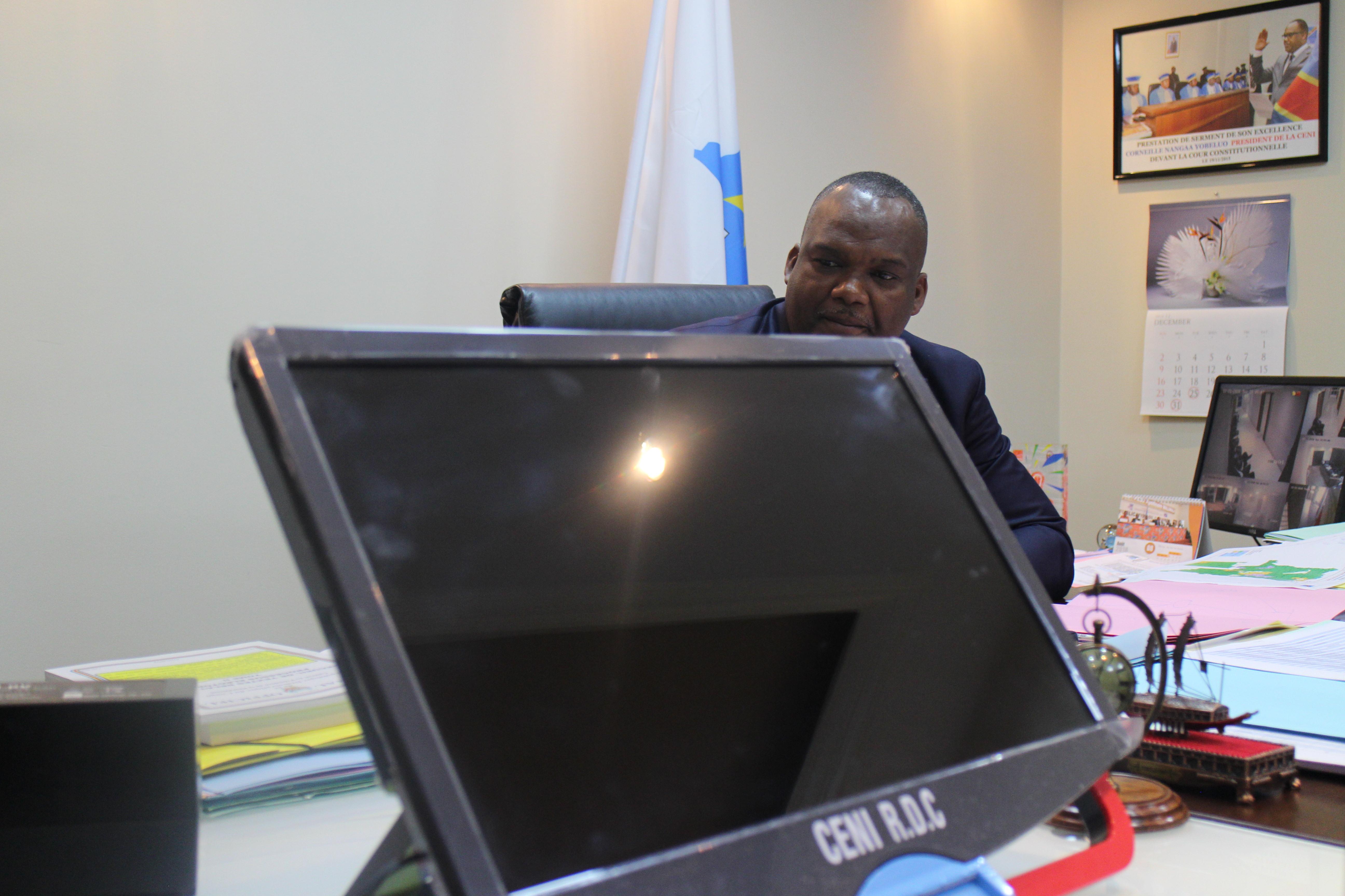 Corneille Nangaa, président de la Ceni, derrière une machine à voter, le 11 novembre 2018, à Kinshasa.