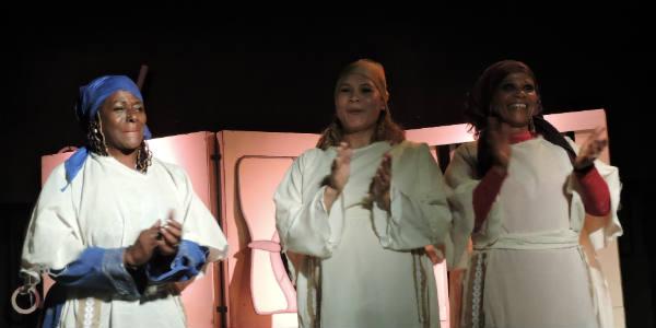 Anastacia Giménez, Carmen Yannone et Silvia Balbuena lors d'une représentation de la pièce de théâtre 'Ce n'est pas un pays pour les noires', en septembre, à Buenos Aires.