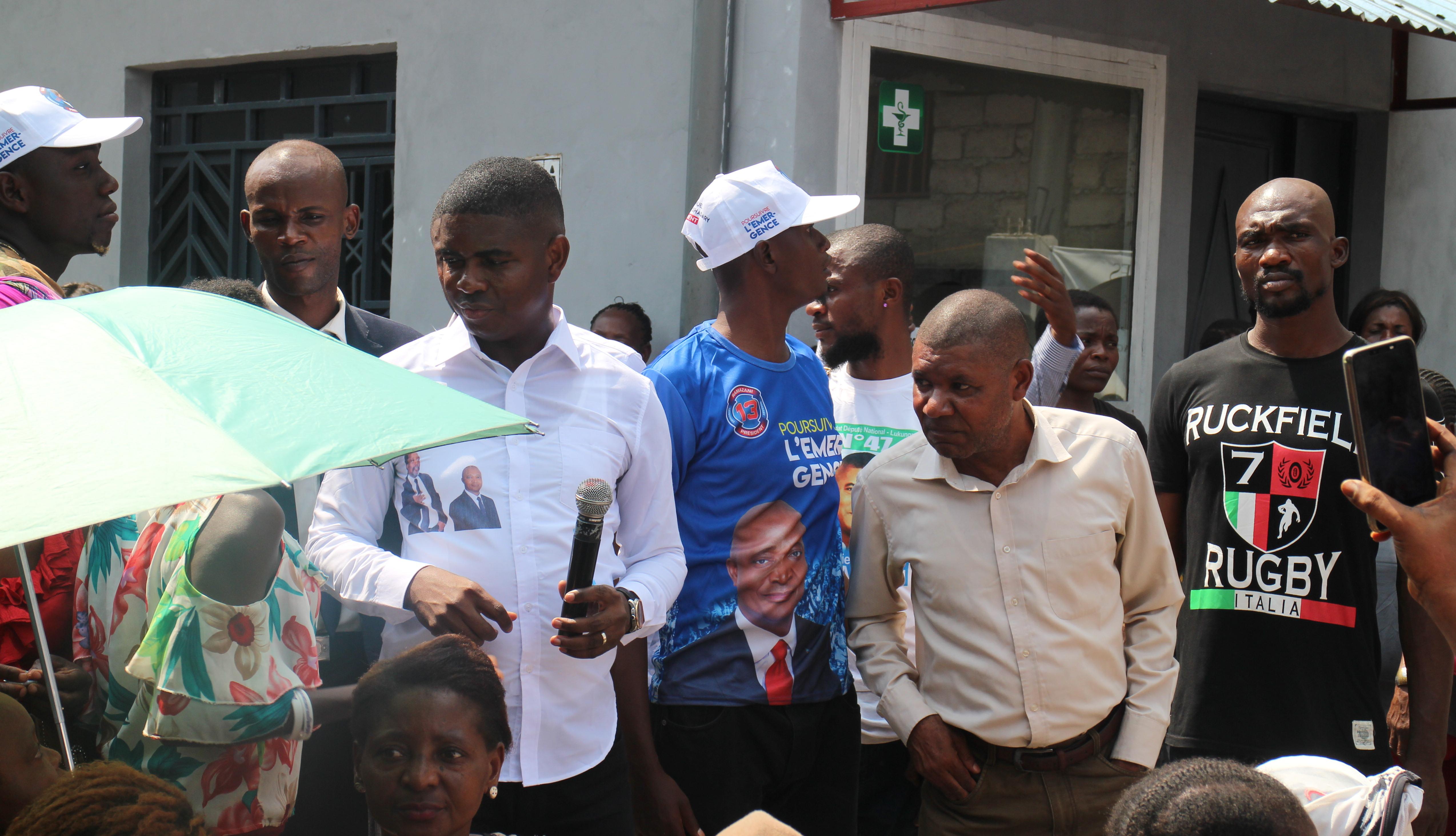 Le ministre Bienvenu Liyota, candidat aux législatives à Lukunga, entouré de ses sympathisants, le 11 novembre à Kinshasa.