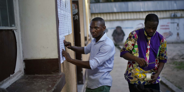 A l'entrée d'un bureau de vote de Kinshasa, le 30 décembre 2018.