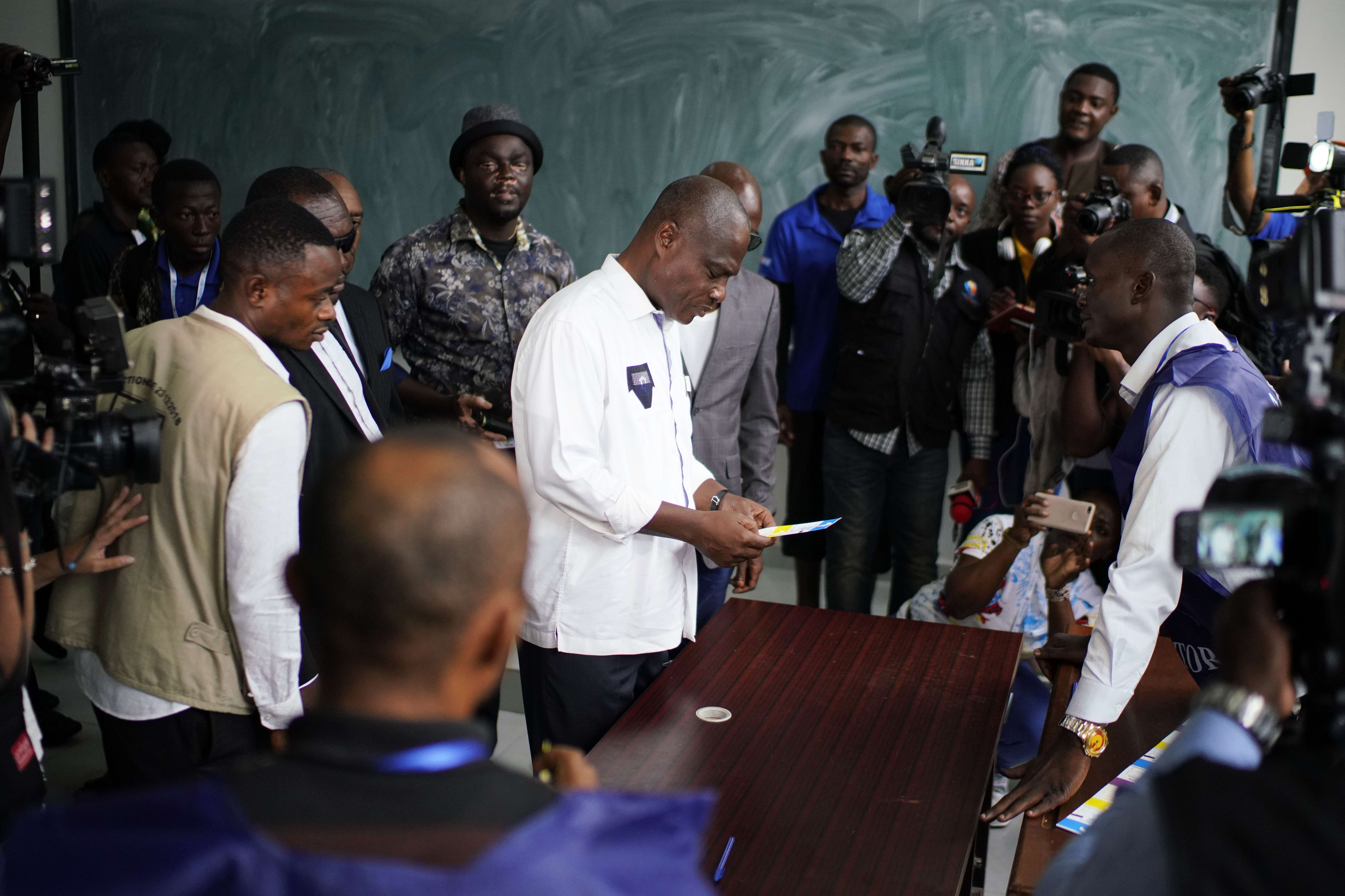 Le candidat de l'opposition Martin Fayulu, au centre, arrive pour voter dimanche 30 décembre 2018 à Kinshasa.