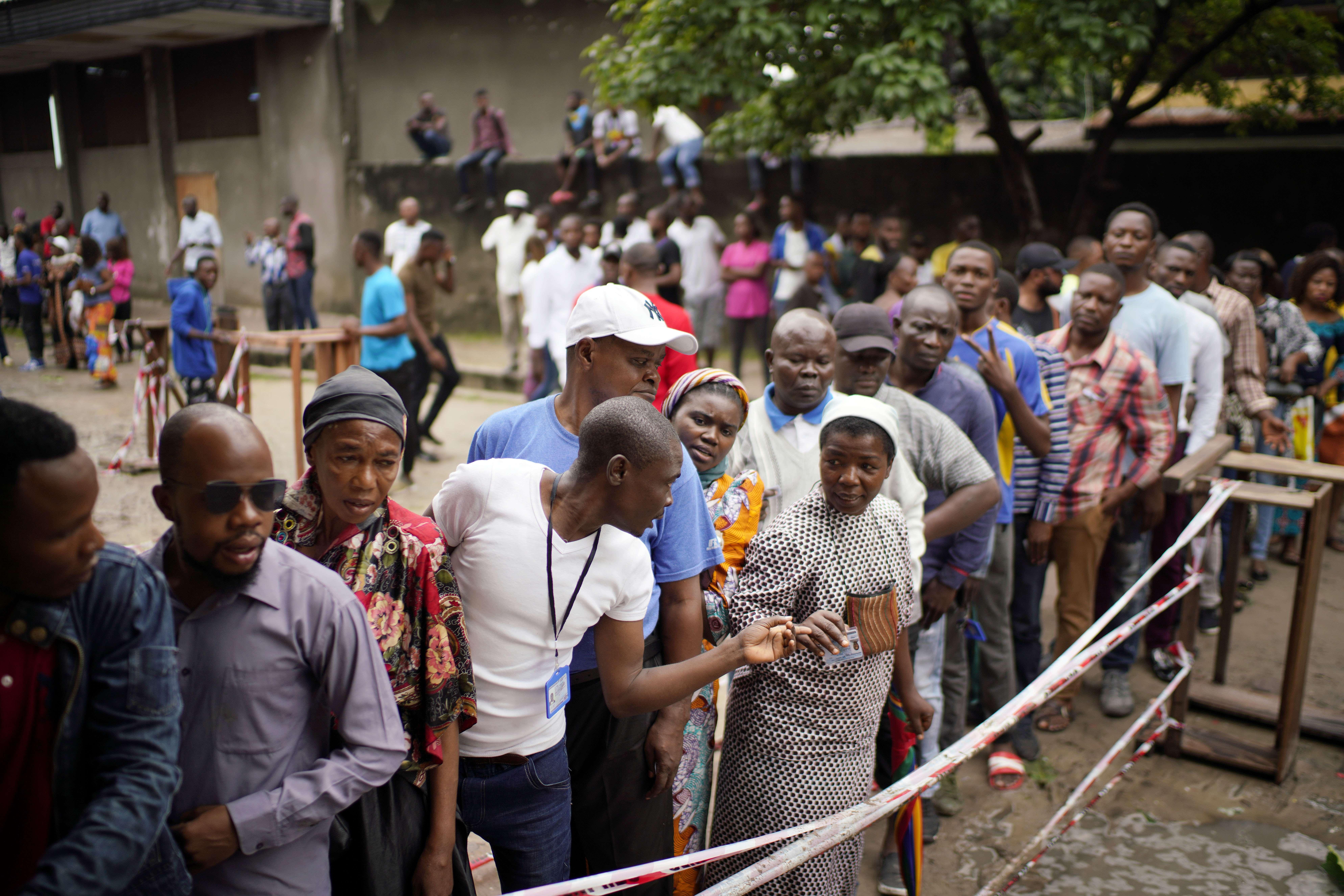 Des électeurs congolais en attente à l'école de Saint-Raphaël dans le district de Limete à Kinshasa dimanche 30 décembre 2018.