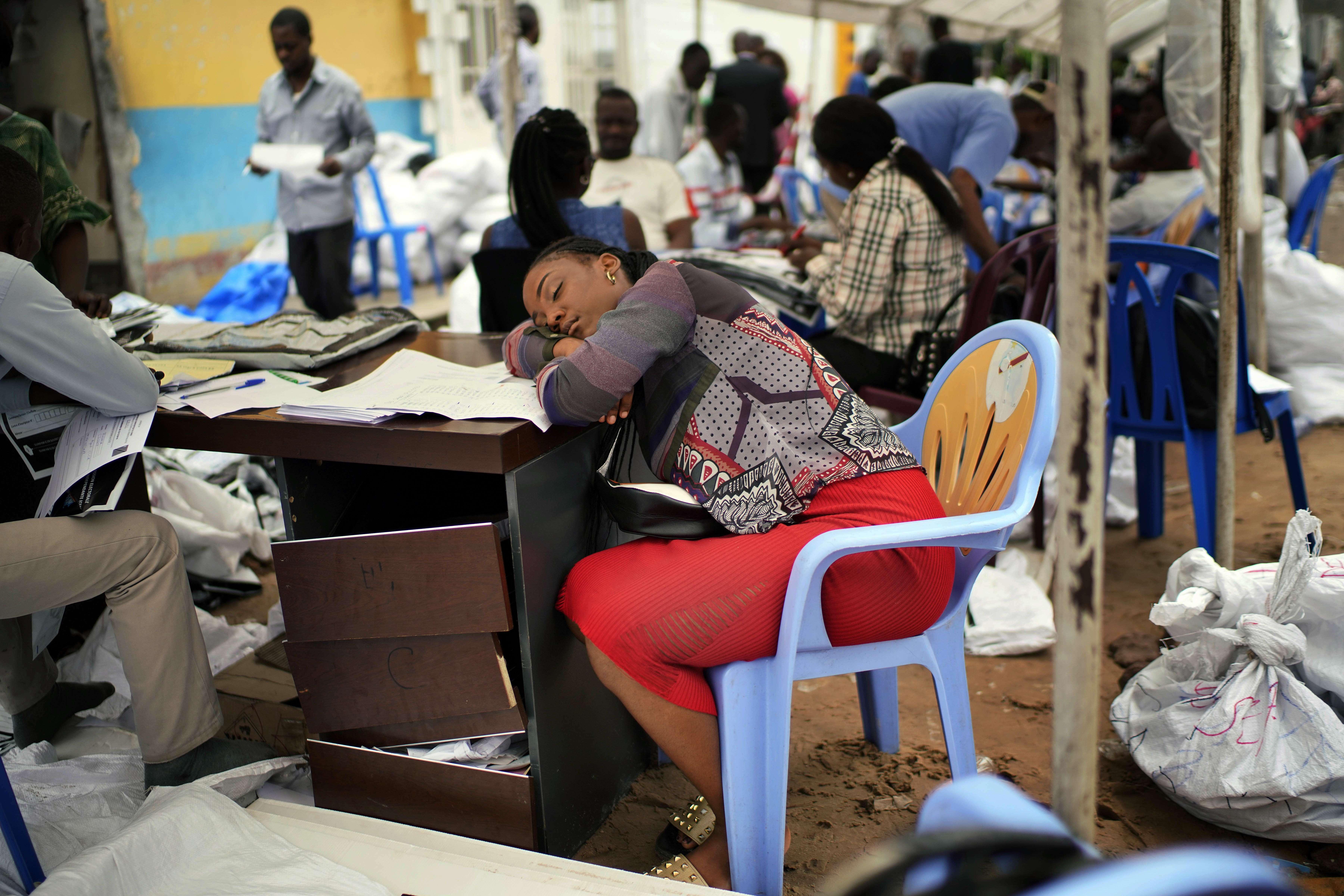 Une agent de la Ceni, exténuée, le 6 janvier à Kinshasa.