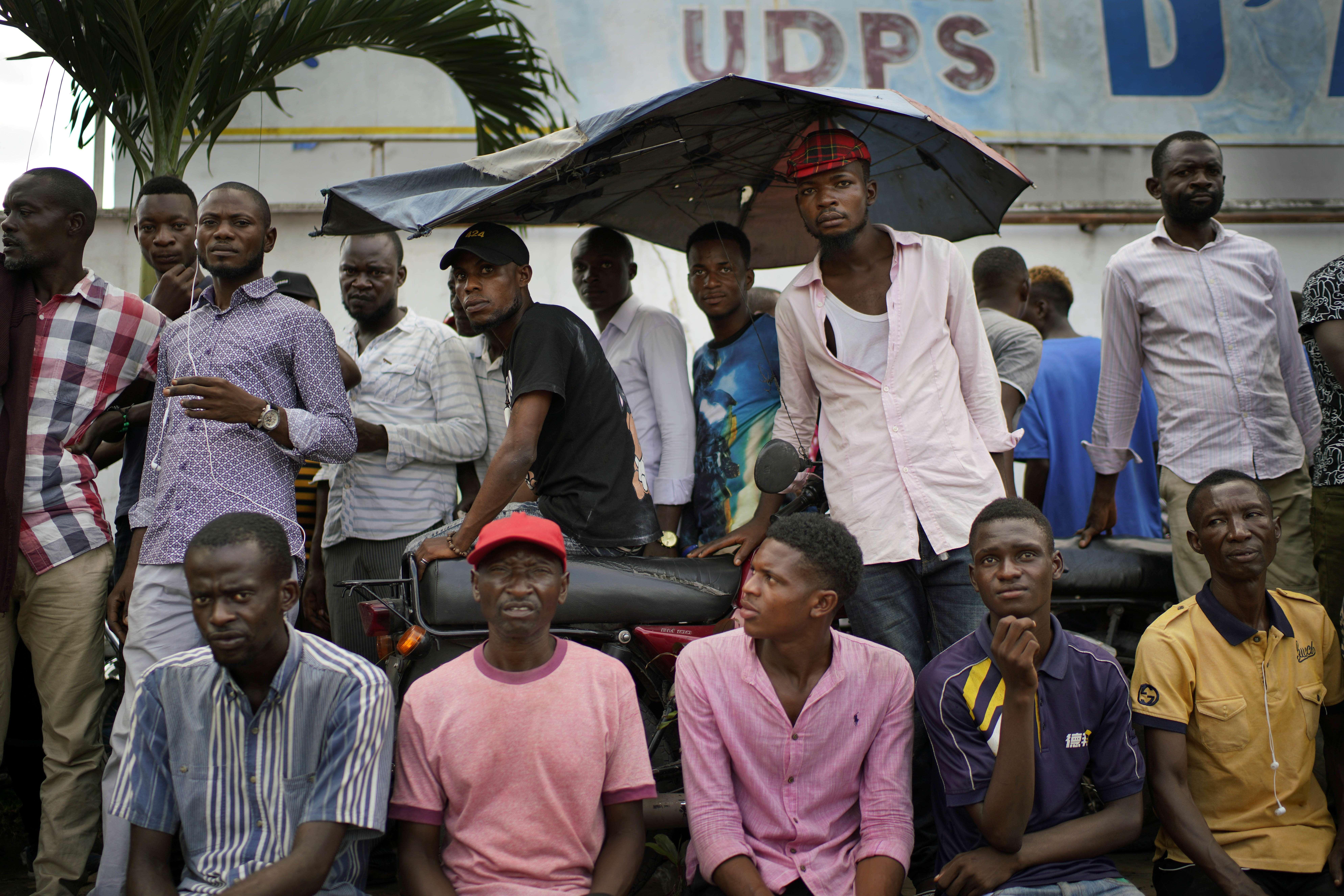 Des militants de l'UDPS, le 7 janvier au siège du parti, à Kinshasa.