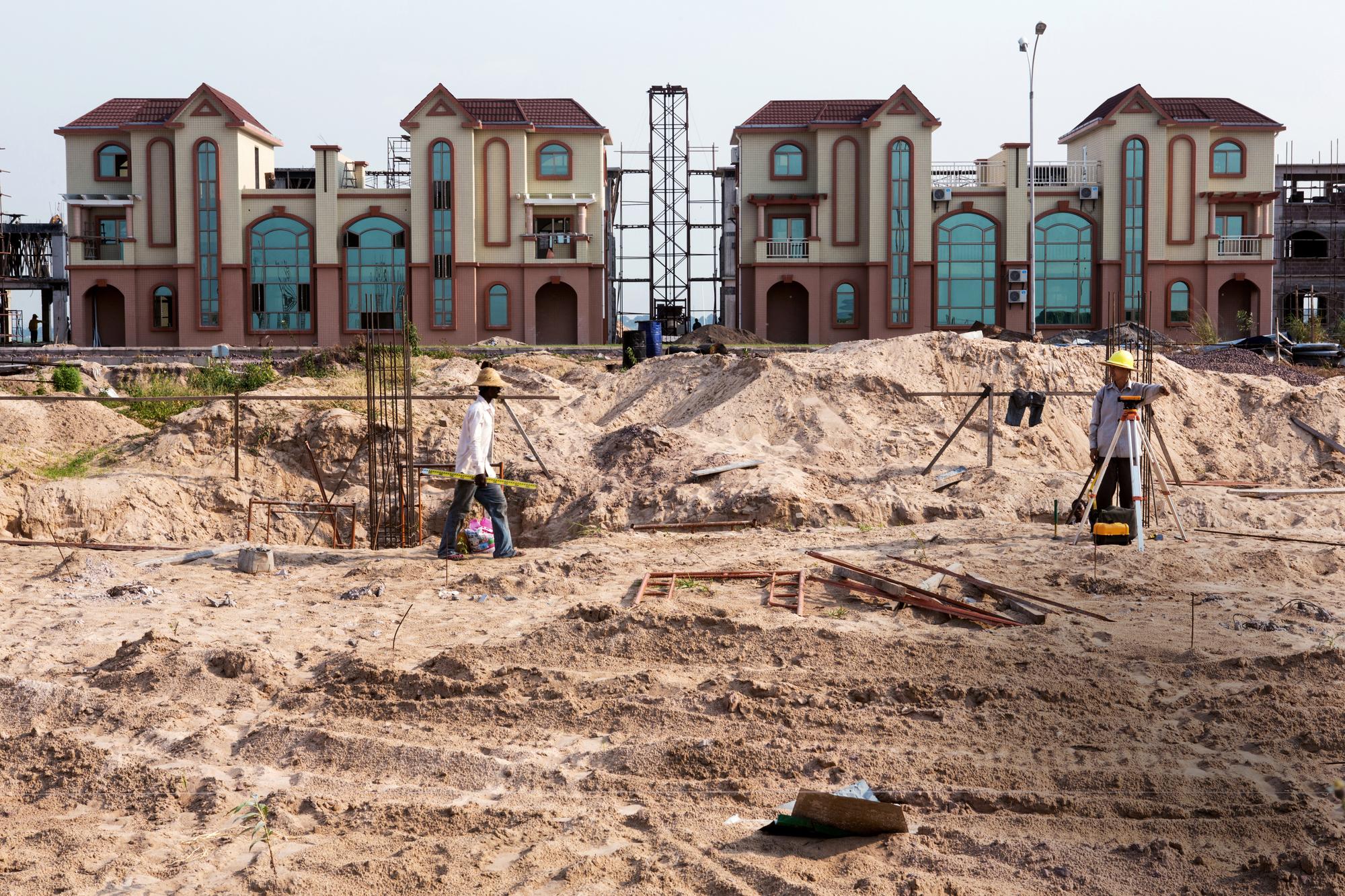 Chantier de construction d'une zone résidentielle par une entreprise chinoise à Kinshasa.