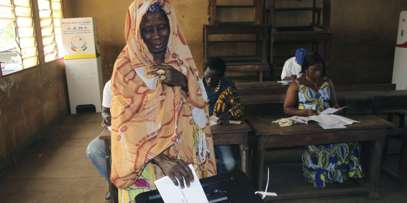 Une femme vote aux élections législatives, dans un bureau de vote à Conakry, en Guinée, samedi 28 septembre 2013.