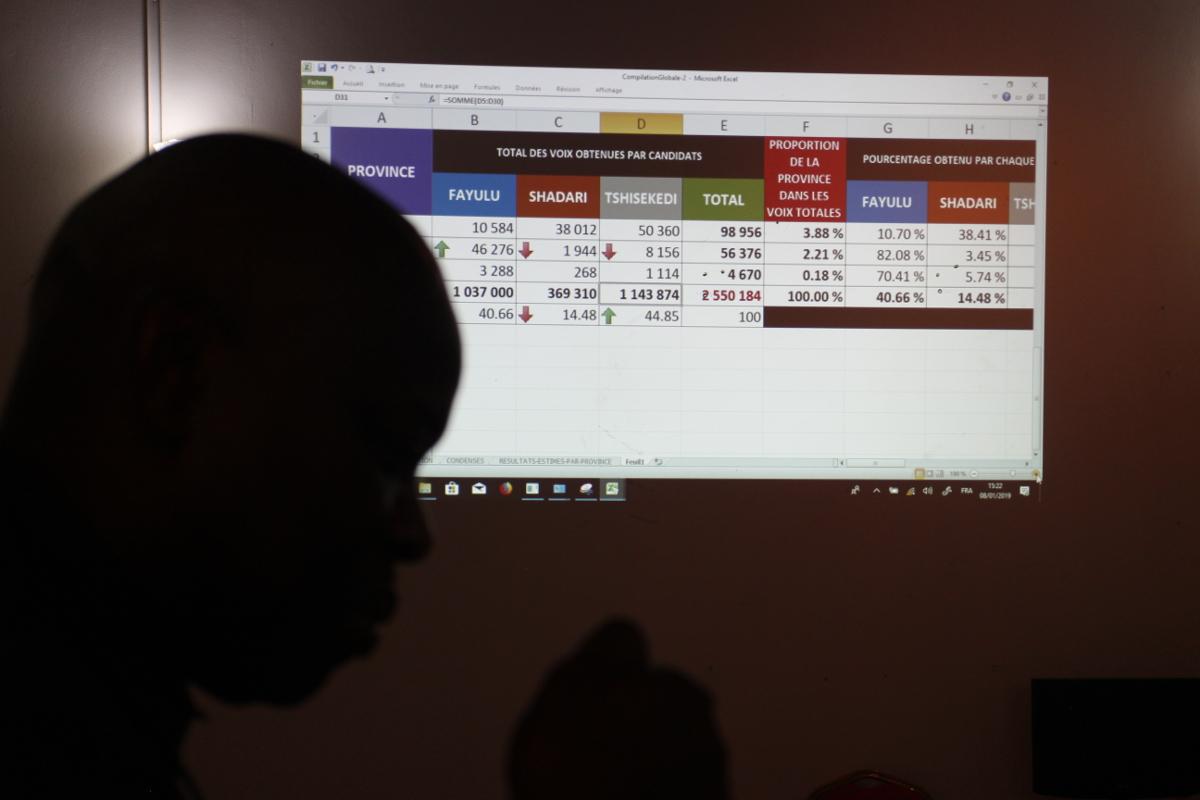 L'ombre de Vital Kamerhe, directeur de campagne de Félix Tshisekedi, à la centrale électorale de Cach, le 8 janvier 2019, à Kinshasa.