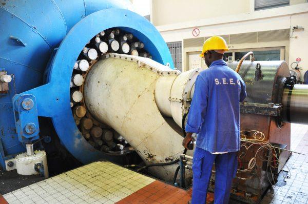 En Afrique, Veolia privilégie les contrats de distribution d'eau couplés à la fourniture d'électricité (ici, le barrage hydroélectrique de Kinguélé Tchimbélé, au Gabon).