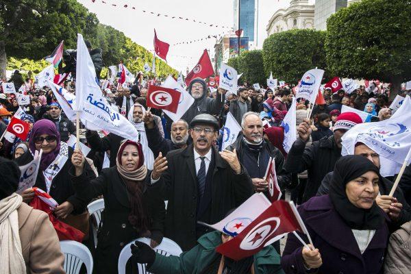 Des militants d'Ennahdha défilant dans le centre-ville de Tunis pour commémorer le huitième anniversaire de la révolution.