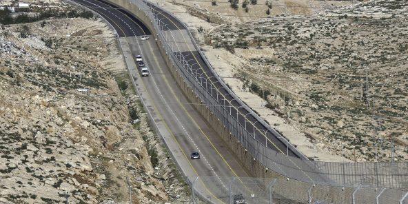 Israël a ouvert une nouvelle autoroute controversée en Cisjordanie comportant un grand mur de béton séparant le trafic israélien et palestinien, le 10 janvier 2019.