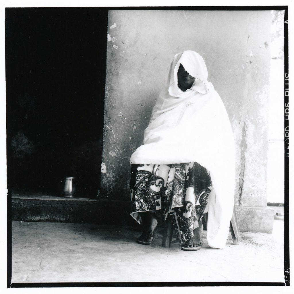 Mariée très jeune à un homme toujours absent, Ndeye Fatou (pseudonyme) a mis près de trente ans a obtenir le divorce. Louga, Sénégal, 2015.