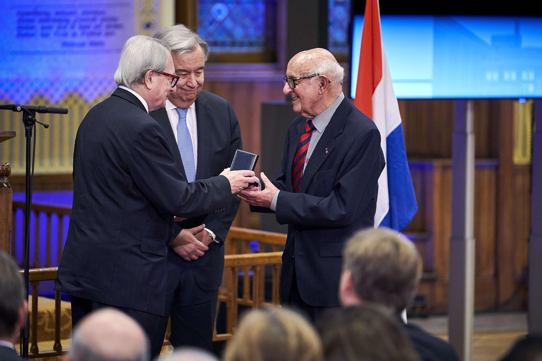 Theodor Meron reçoit une médaille lors de la cérémonie marquant la fin du Tribunal pénal international pour l'ex-Yougoslavie, en décembre 2017, en présence d'Antonio Guterres, secrétaire général des Nations unies.