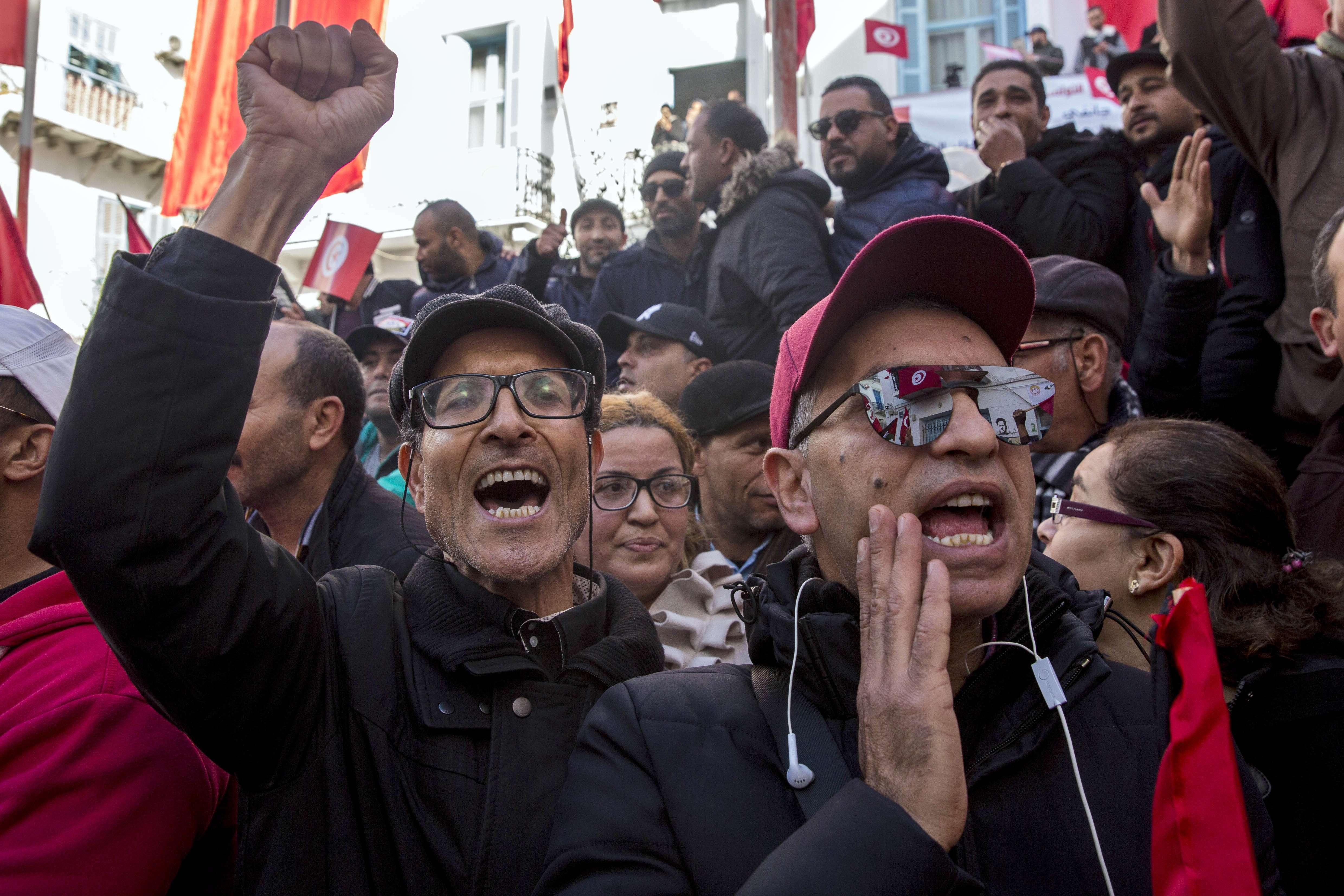 Des manifestants devant le siège de l'UGTT à Tunis, jeudi 17 janvier 2019.